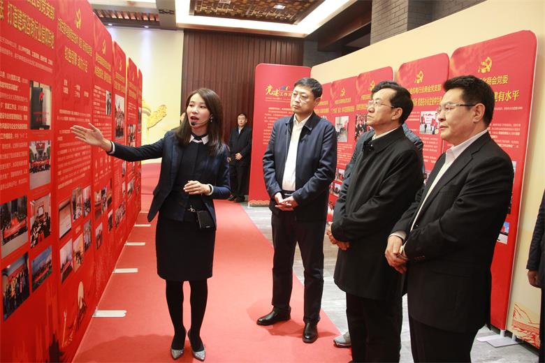 """内蒙古民营企业家用歌舞与诗词""""感恩新中国"""""""