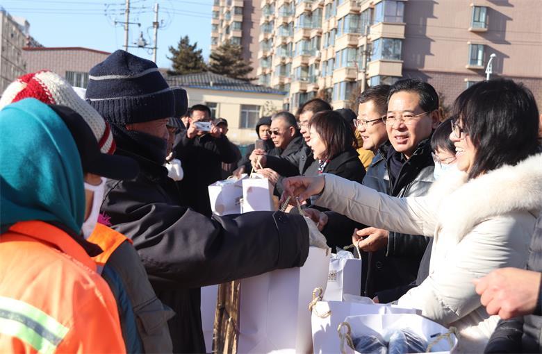 内蒙古民营企业爱心人士协力关爱环卫工人