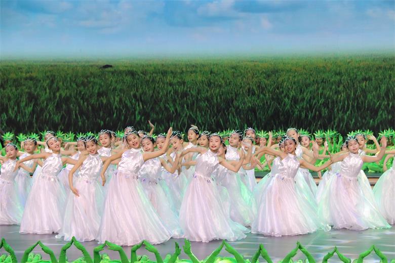 200名草原娃瑞彩蹁跹演绎《美丽家园》新画卷