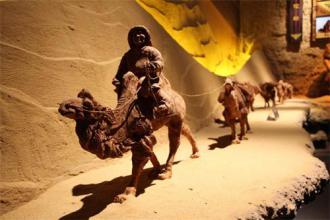 首家戈壁红驼艺术馆落地乌拉特草原
